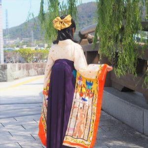 個性的なサーカス柄の絵羽柄振袖と袴