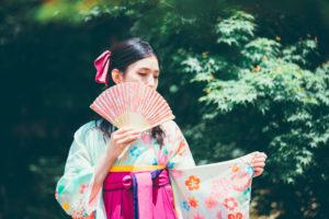 扇子を使ったポージングで袴の撮影